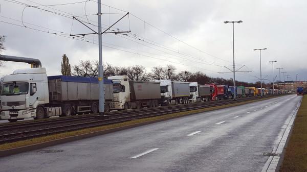 Problem z ciężarówkami jeżdżącymi do i z portu, a w tym przypadku oczekującymi na wjazd do niego, dotyczy głównie mieszkańców Letnicy i Nowego Portu.