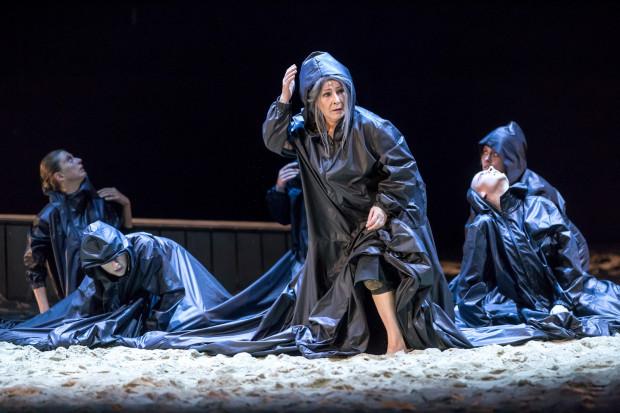 Dorota Kolak tworzy wybitną kreację Hekabe obserwującej zagładę swojej rodziny po klęsce Troi.