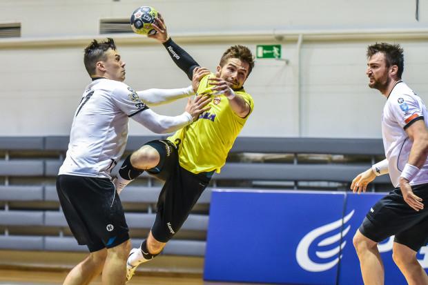 Adam Lisiewicz (z piłką) jest zawiedziony rozmiarem porażek Arki w pierwszych dwóch meczach sezonu. O poprawę nastrojów we wtorek będzie ciężko, bo do Gdyni przyjeżdża mistrz Polski.
