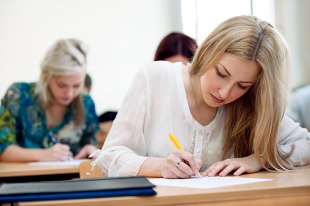 Uczniowie nadrabiają podczas zajęć dużo materiału.
