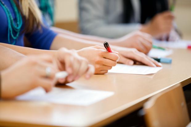 Maraton egzaminacyjny potrwa trzy dni. Każdego z nich uczniowie przystąpią do pisemnego sprawdzianu z innej dziedziny.