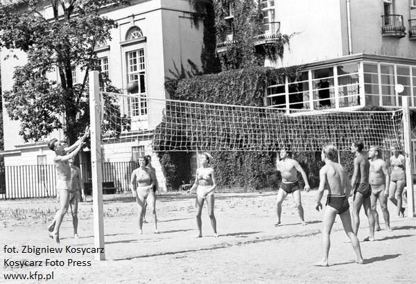 Mecz siatkówki rozgrywany na plaży w Sopocie. Lata 50.