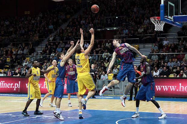 Barcelona Regal nadal pozostaje niezwyciężona, zaś Asseco Prokom bez zwycięstwa. Oprócz kilku minut na początku meczu przewaga rywali mistrzów Polski była bardzo wyraźna.