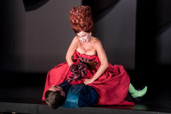Karolina Trębacz błyszczy w roli temperamentnej Doroty uganiającej się za ukochanym pasierbicy.