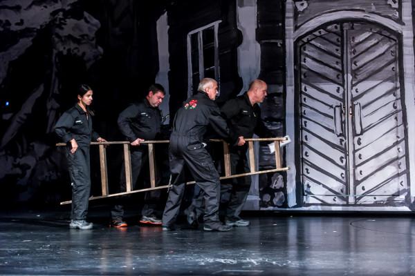 """W drugim akcie do """"akcji"""" wchodzi również ekipa techniczna, usiłująca pomóc aktorom i tancerzom na scenie..."""