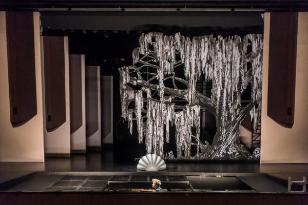 Scenografia spektaklu ma być ukłonem wobec tradycji. Stąd m.in. płaskie ruchome zastawki, obecne w teatrze już przeszło 100 lat temu.