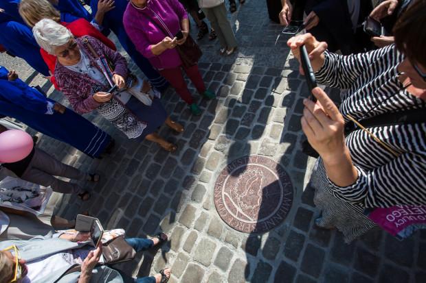 Kamień wyznaczający historyczny środek Gdańska wrócił po latach na swoje miejsce.
