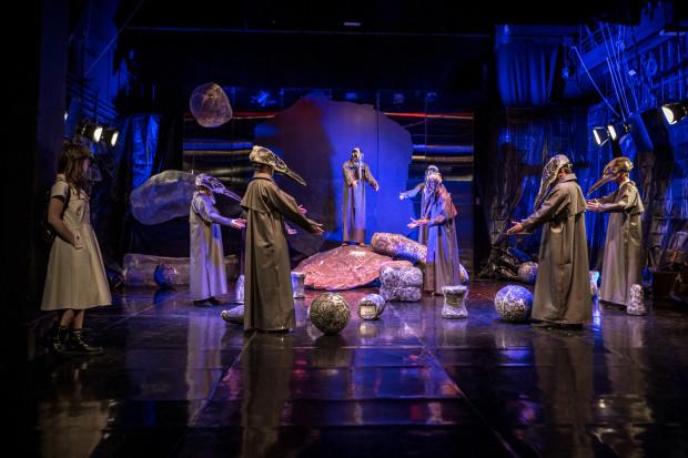 """Spektakl Teatru Miniatura inspirowany jest szeregiem fikcyjnych lub zmanipulowanych faktów, które tworzą powieść Jerzego Limona """"Wieloryb"""". Jednym z wątków jest Kościół Starych Słowian."""