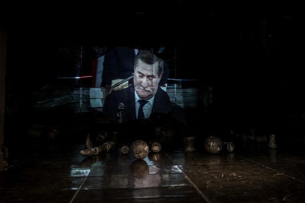 Dwuznacznie przedstawiono Lecha Wałęsę, którego postać idealnie wpisuje się w myśl główną spektaklu, że historia jest złożona, niejednoznaczna i jej ocena jest niemożliwa z jednej tylko perspektywy.