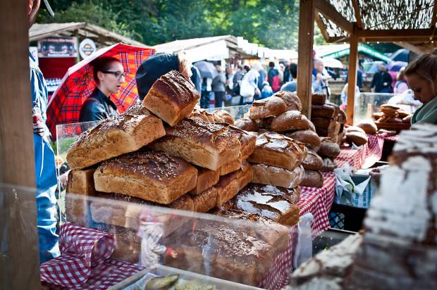 Na Darach Ziemi kupimy regionalne produkty od niewielkich producentów, m.in. swojskie wędliny, sery, chleby czy przetwory.