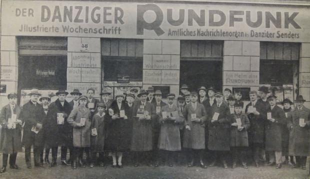 """Laureaci jednego z konkursów tygodnika """"Danziger Rundfunk"""" przed budynkiem redakcji, 1927 r."""