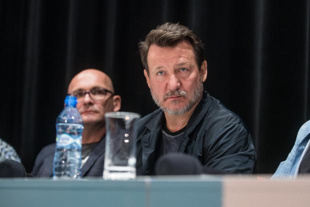 """Robert Więckiewicz podczas konferencji prasowej filmu """"Kler""""."""