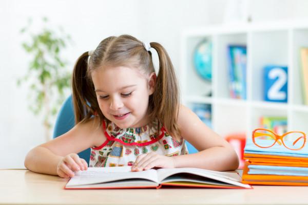Najpopularniejszym językiem jest angielski, ale nic nie stoi na przeszkodzie, by dziecko uczyło się niemieckiego, hiszpańskiego, francuskiego a nawet japońskiego czy chińskiego.