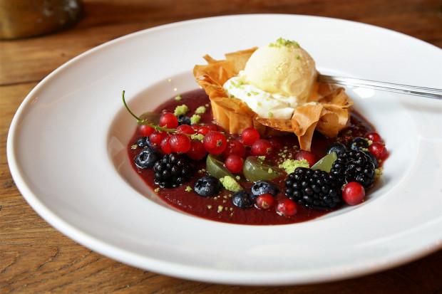 Deser: chłodnik truskawkowy z lodami waniliowymi.