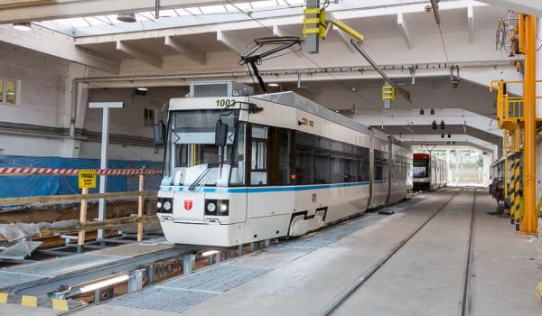Alstom Konstal NGd99 po ostatniej modernizacji pomalowany w przedwojenne barwy.