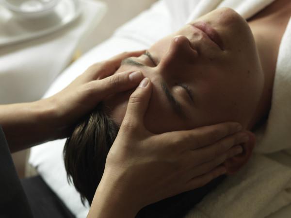 Zabiegi na twarz poprawiają wygląd, ujędrniając i nawilżając skórę.
