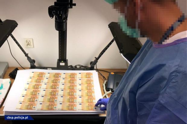 W mieszkaniu mężczyzny znaleziono m.in. próbne wydruki falsyfikatów banknotów o nominale 50 euro.