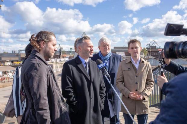 Jarosław Wałęsa, na tle stoczni, zapowiada utworzenie na tym terenie parku kulturowego.