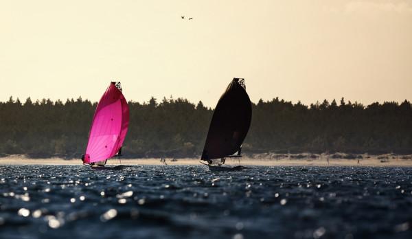 Jeśli aura pozwoli na ustawienie tras blisko brzegu, to zmagania żeglarzy widoczne będą z plaż w Górkach Zachodnich i Stogach.