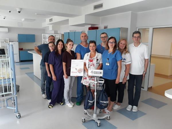 - Naszym sprzymierzeńcem jest technologia - bez niej bylibyśmy bezradni - mówi dr Ireneusz Haponiuk. Na zdj. zespół Kardiochirurgii Dziecięcej z prezentem podarowanym przez Fundację Bicie Serca - lampą czołową LED 4000.