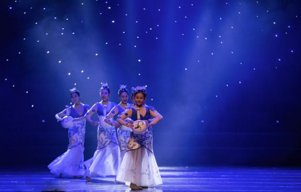 """Prologiem do Tygodnia Chińskiego będzie widowisko """"Jedwabny szlak: Impresje"""", składające się z muzyki, tańca, sztuki kaligrafii i sztuk walki. Zobaczymy je w Teatrze Szekspirowskim 2 października."""