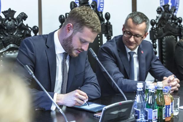 Janusz Cieszyński reprezentujący Ministerstwo Zdrowia i prof.Marcin Gruchała - rektor GUMedu podczas podpisywania umowy.
