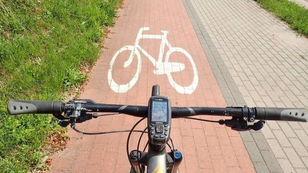 Lokalna droga rowerowa niestety nie doprowadza nas do początku szlaku. Kończy się ok.600 m przed trasą, do której musimy dotrzeć ruchliwą szosą nr 221.