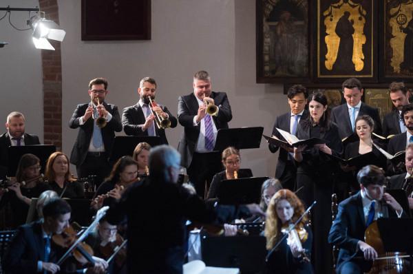 Czwartkowy koncert był pierwszym na Pomorzu, podczas którego Wielką mszę h-moll Jana Sebastiana Bacha wykonała orkiestra grająca na instrumentach historycznych bądź ich kopiach.