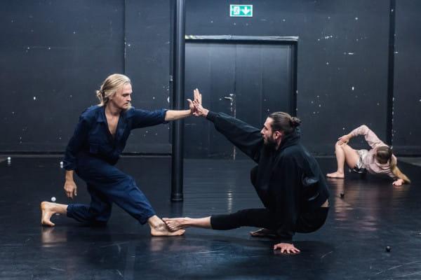 """""""One"""" Teatru Dada von Bzdülöw zawierają wiele intrygujących ruchów, oryginalnie poprowadzonych, często w bliższym i dalszym planie."""