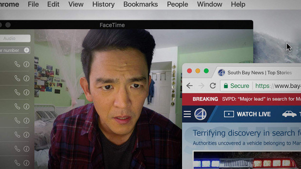 """Bohaterem """"Searching"""" jest David Kim. Samotnie wychowujący córkę ojciec rozpoczyna internetowe śledztwo dotyczące zaginięcia nastolatki. Efekt będzie porażający. David dowie się o drugim życiu Margot, o którym nie miał pojęcia."""