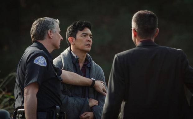 """Zaletami """"Searching"""" przede wszystkim są unikatowa forma opowieści, niezłe tempo, rola Johna Cho i mnóstwo zaskakujących zwrotów akcji. Notowania filmu obniżają jednak scenariuszowe niedociągnięcia, realizacyjny reżim i rozczarowujące zakończenie."""