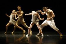 """Na Bałtyckim Festiwalu Teatrów Tańca ma zostać pokazany między innymi nowy spektakl Izadory Weiss - """"A trois..."""", opowiadający o zawiłościach seksualnych napięć i rozładowań (na zdjęciu """"Out"""" Izadory Weiss)."""
