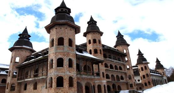 Niedokończony zamek w Łapalicach, to jedna z atrakcji  Kartuskiej Przyrodniczej Trasy Rowerowej