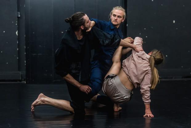 Trio Patryk Durski (w środku), Katarzyna Ustowska i Piotr Stanek (po lewej) daje się zapamiętać m.in. z ciekawego partnerowania na bardzo małej przestrzeni.
