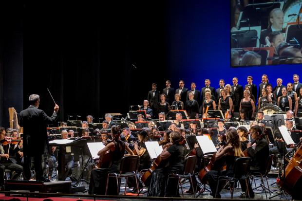 Na scenie podziwialiśmy maestro Florêncio oraz zespoły Orkiestry i Chóru. Niestety zabrakło miejsca dla Baletu Opery Bałtyckiej.