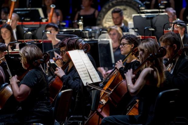Mocnym punktem wieczoru była świetnie brzmiąca pod batutą maestro Florêncio Orkiestra Opery Bałtyckiej.