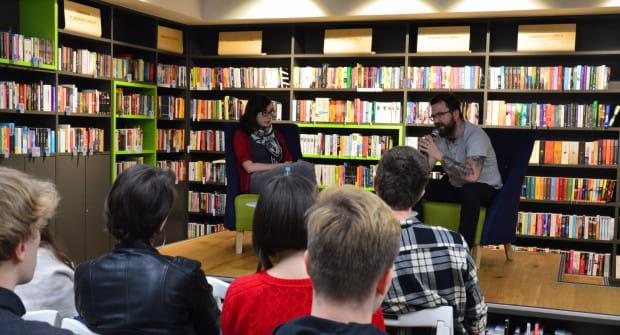Spotkania będą odbywały się w Bibliotece z Pasją. To miejsce, gdzie już wcześniej odbywały się rozmowy i spotkania z pisarzami i ludźmi kultury.