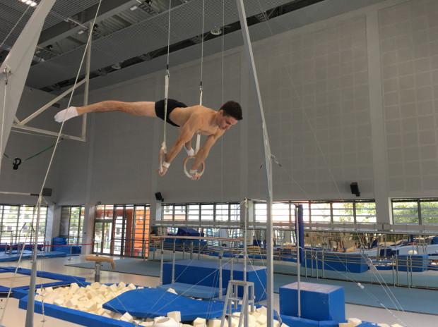 Dawid Węglarz w sali gimnastycznej spędza średnio od 2 do 5 godzin dziennie, sześć razy w tygodniu. Do tego dochodzi m.in. regularna praca z fizjoterapeutą. Dopiero z taką determinacją gimnastyk może myśleć o występie na igrzyskach olimpijskich.