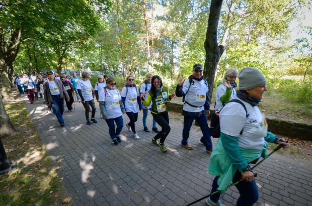 W Sopocie chętni spacerowali po zdrowie alejkami nadmorskimi.
