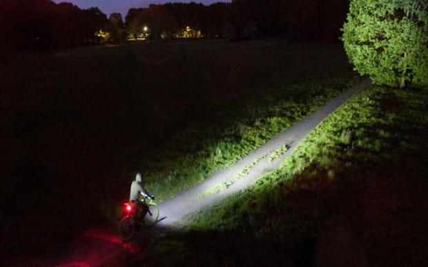 Być widocznym i widzieć przeszkody, gdy szybko się ściemnia to najważniejsza zasada bezpieczeństwa podczas jesiennej jazdy.