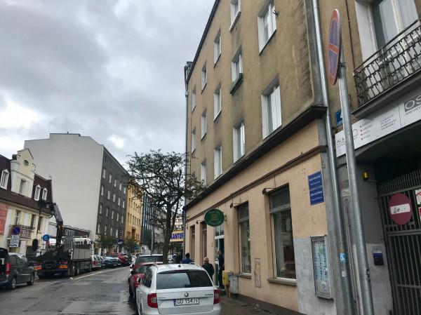 Ul. Abrahama w Gdyni. Parkowanie zabronione? Tylko w teorii.