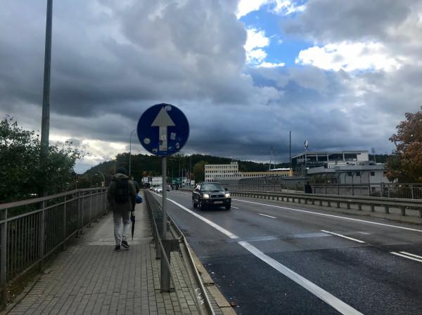 """W Redłowie """"ktoś"""" odwrócił znak nakazujący jechać ul. Stryjską w kierunku al. Zwycięstwa na wysokości PPNT prosto."""