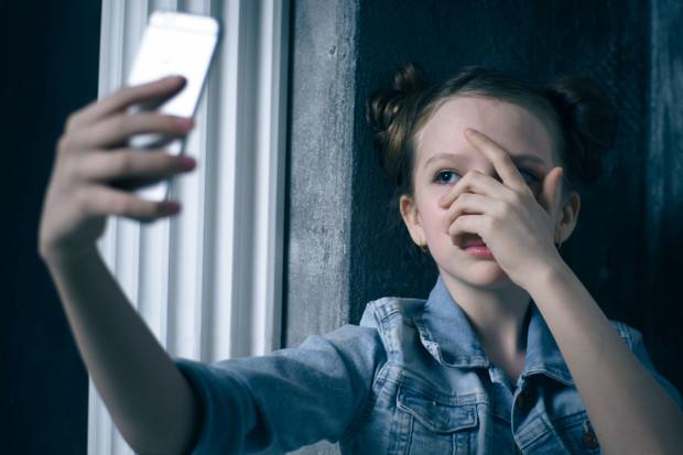 To rodzice powinni rozmawiać z dzieckiem o prywatności i dlaczego nie powinno się wstawiać do sieci każdego swojego zdjęcia.