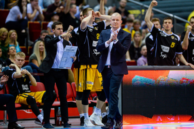 Trener Marcin Kloziński nie czuje presji związanej z tym, że gra u niego jeden z najzdolniejszych koszykarzy młodego pokolenia. W końcu pracowali już ze sobą i dobrze im to wychodziło.