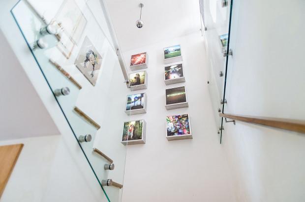 Na ścianie obok schodów zostały umieszczone instalacje multimedialne - praca dyplomowa gospodyni.