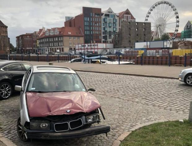 Rozbite auto przez kilka dni stało przy ul. Szafarnia w centrum Gdańska.