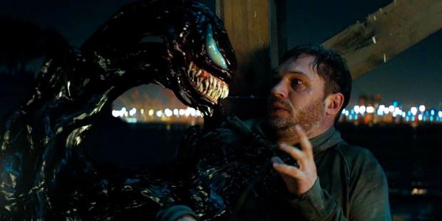 Eddie Brock (Tom Hardy) przypadkowo zostaje zainfekowany groźnym pasożytem. Tym okazuje się pozaziemska istota, symbiont, który do przetrwania potrzebuje ludzkiego ciała. Mężczyzna będzie musiał współpracować z intruzem, by uratować siebie i świat.
