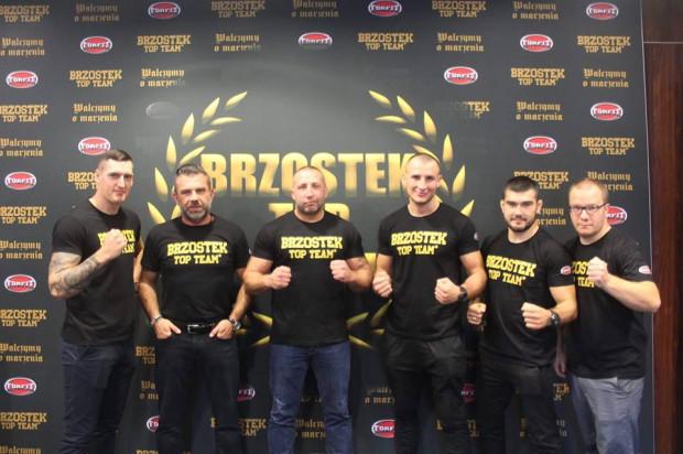 Maciej Brzostek (trzeci od lewej) chce nieść zawodnikom wsparcie na jakie sam nie mógł liczyć, gdy starał się rozpocząć profesjonalną karierę pięściarską.