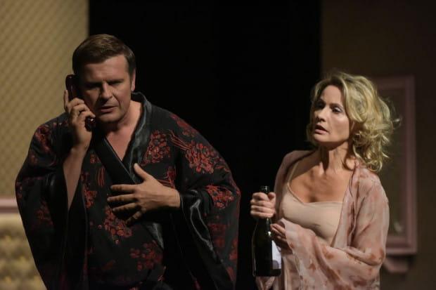 """Tajemnice alkowy stanowią nieśmiertelną pożywkę wszelkiej maści komedii - w przypadku """"Hotelu Westminster"""" jest podobnie. Na zdjęciu Szymon Sędrowski (Richard) i Beata Buczek-Żarnecka (żona Richarda, Pamela)."""