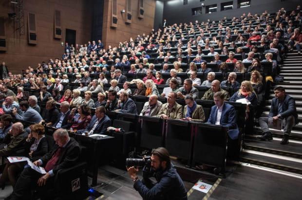 Debata odbyła się w ECS i była otwarta dla publiczności.